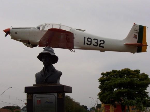 T-25 espetado e busto de Santos Dumont em praça de Pirassununga - foto  Nunão - 2006