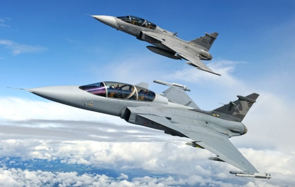 Gripen NG Demo com mísseis IRIS T acompanhado de Gripen D - foto J Hunter copyright Saab AB