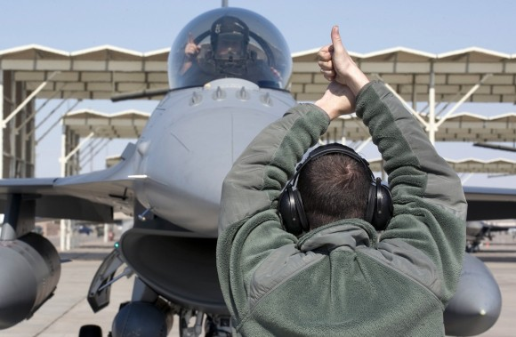 Rusia pide explicaciones por F-16 USAF en Polonia F-16-preparando-para-taxiar-foto-USAF-580x379