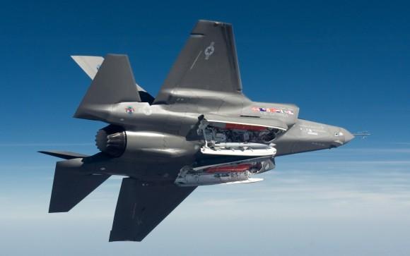 F-35A de testes com portas das baias abertas - foto Lockheed Martin
