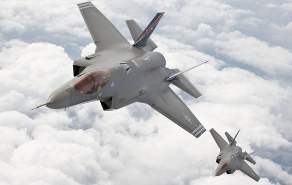F-35 voando em elemento - foto jsfmil