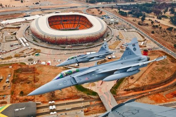 Gripens da SAAF sobre estádio em Johannesburg - foto SAAB