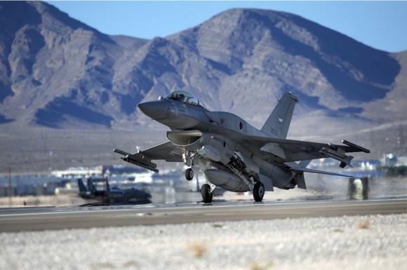 F-16 dos Emirados Árabes Unidos em exercício Red Flag - foto USAF