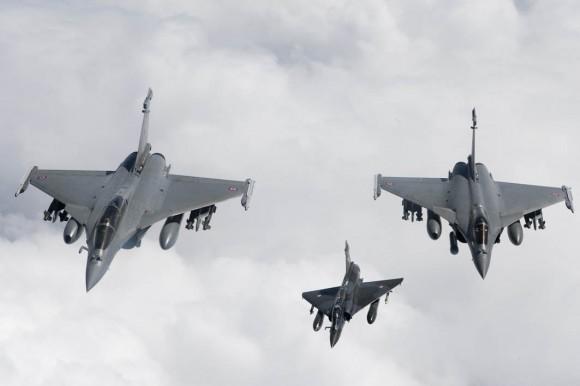 Caças Rafale e Mirage 2000D participando de operações na Líbia - foto OTAN