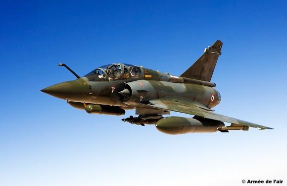 Mirage 2000D com pod designador e bombas guiadas - foto Armee de lair