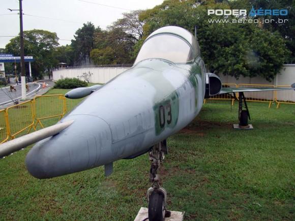 F-5 B 4803 com camuflagem de F-5 atual na frente do PAMA-SP em 2011 - foto 3  Nunão - Poder Aéreo