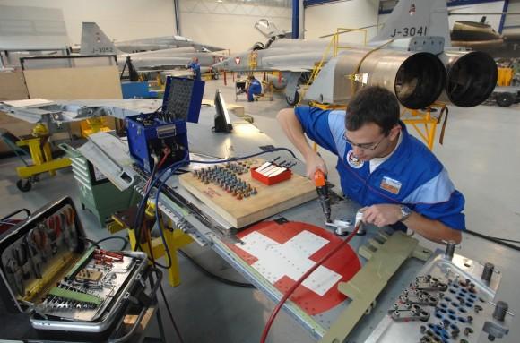 Asa de F-5 suíço em manutenção - foto RUAG