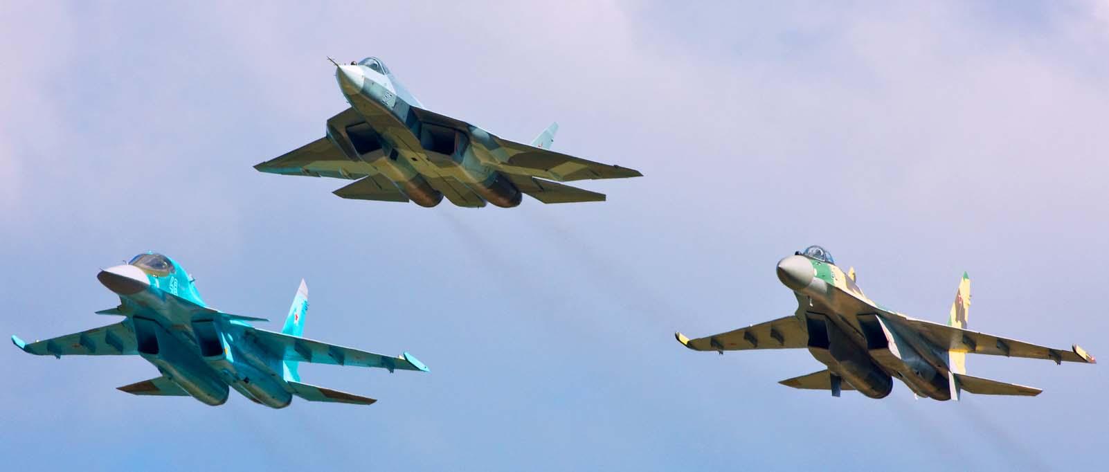Aeronáutica teme reabertura de licitação de caças para retribuir russos Avi%C3%B5es-de-combate-Sukhoi-com-o-PAKFA-%C3%A0-frente-foto-Sukhoi1