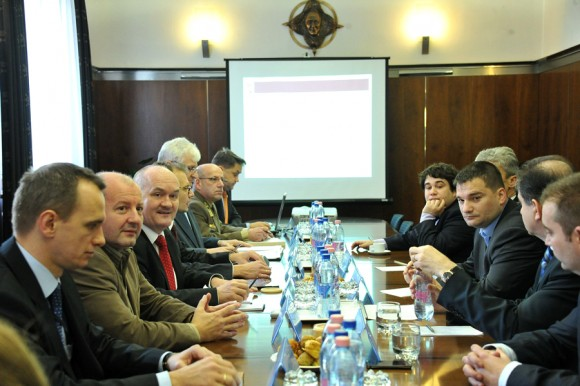 FUERZA AÉREA DE HUNGRÍA Reuni%C3%A3o-Min-Def-Hungria-foto-hungariandefense-580x386