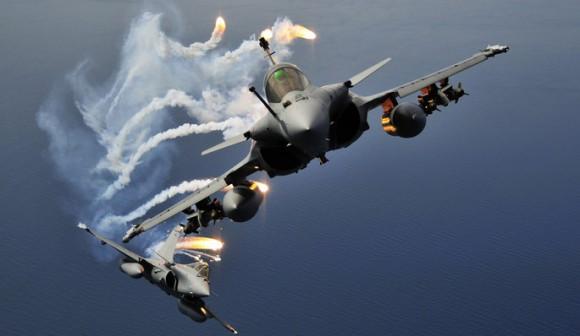 Rafale e flares - foto Força Aérea Francesa