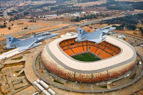 Gripens SAAF sobre estádio em Johannesburg - foto F Dely - Saab