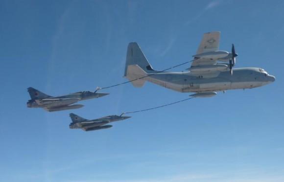 La foto del millón Mirages-2000-5-franceses-reabastecem-em-KC-130-americano-no-Djibouti-foto-Min-Def-Fran%C3%A7a-580x372