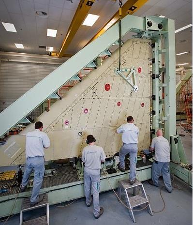 linha de montagem de asas do Rafale - foto Dassault