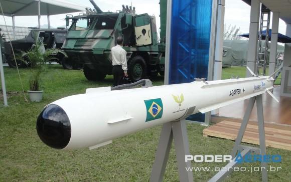 A-Darter - maquete na LAAD 2011 - foto Nunão - Poder Aéreo