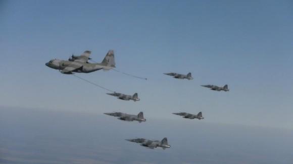 Caças F-5 em REVO com KC-130 H - foto FAB