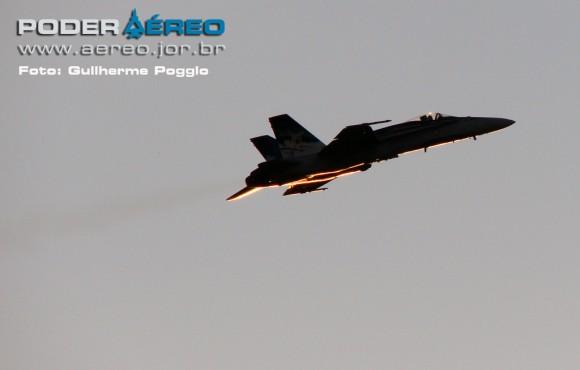CAF Hornet 781 em voo na AFA - foto Poder Aereo - Poggio