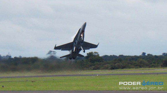 EDA 60 anos - CF-18 Hornet decolando apresentação 2 sábado -  foto Nunão - Poder Aéreo