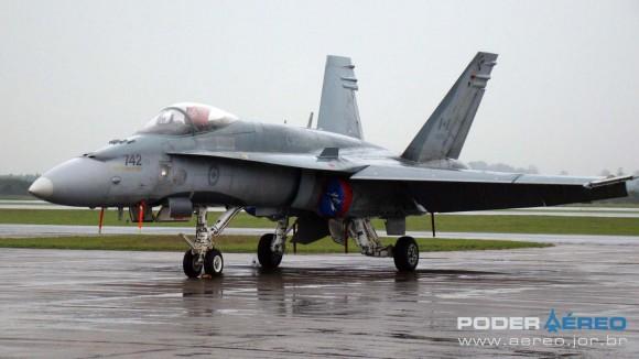 EDA 60 anos - CF-18 Hornet em exposição estática no sábado chuvoso -  foto Nunão - Poder Aéreo