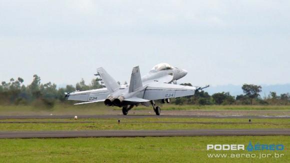 EDA 60 anos - Super Hornet apresentação 1 domingo - toque na pista - foto 2 Nunão - Poder Aéreo