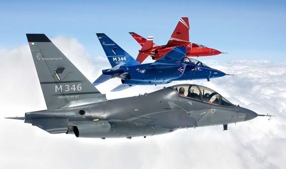 M-346 - formação de três aeronaves - foto Alenia Aermacchi