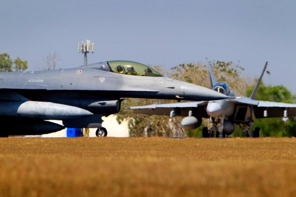 F-16 de Singapura e Super Hornet da Austrália no exercício Pitch Black 2012 - foto MinDef Austrália