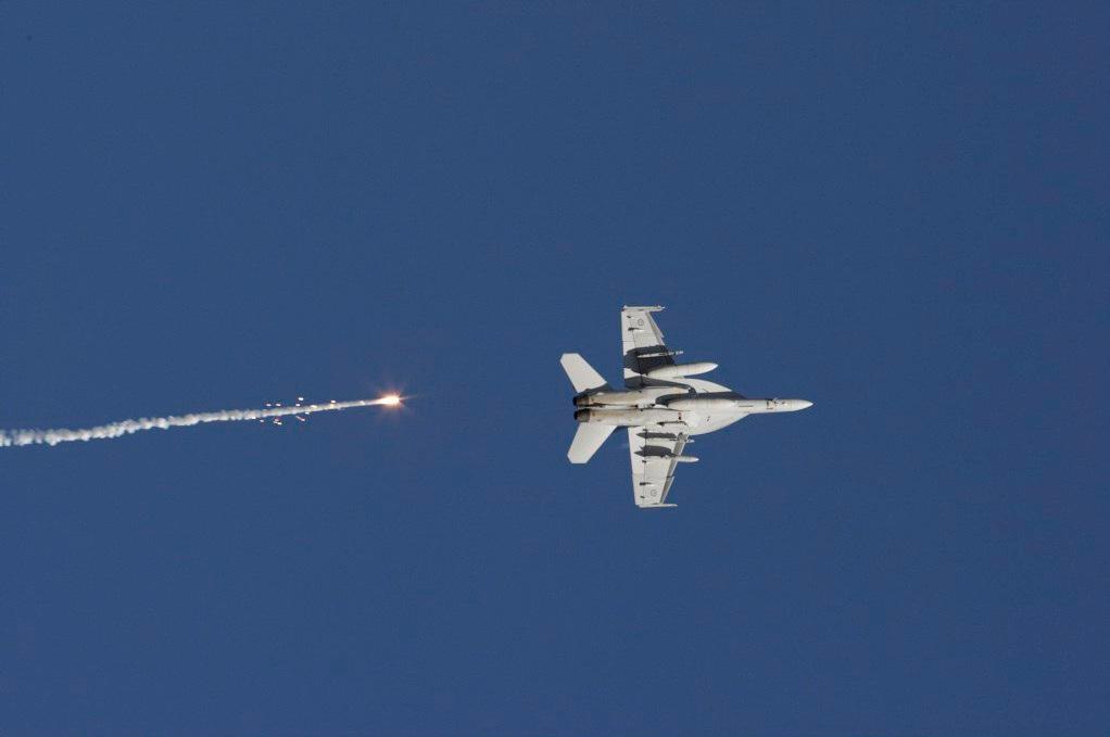 F-18 Super Hornet da Austrália lança flares no exercício Pitch Black 2012 - foto MinDef Austrália