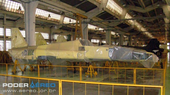 PAMA-SP 2012 - células de F-5E e F ex-Jordânia com pintura primer - foto Nunão - Poder Aéreo