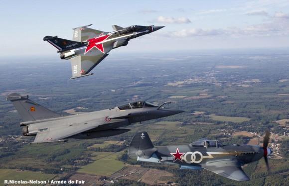 Rafale com pintura 70 anos Normandie-Niemen com outro Rafale e Yakovlev - foto Força Aérea Francesa