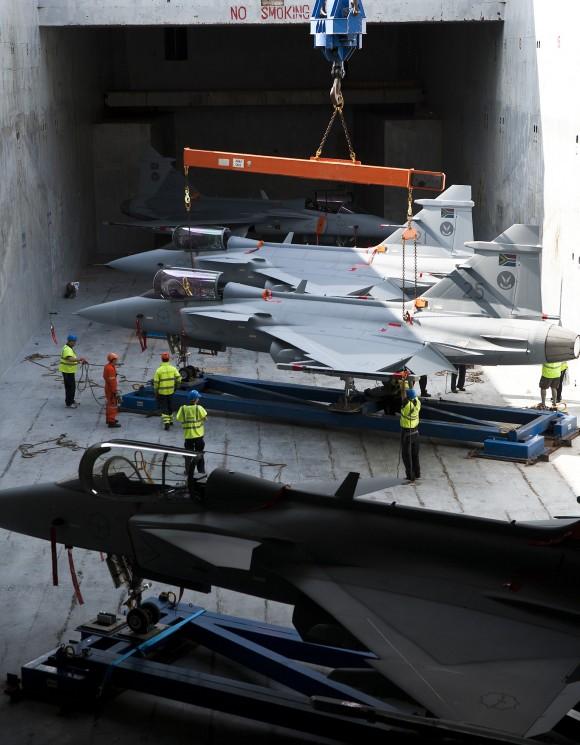 últimos quatro Gripen C da África do Sul sendo transportados - foto via Gripen Blog
