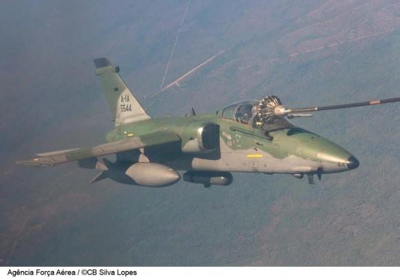 A-1 reabastece em voo na operação Ágata 6 - foto CB Silva Lopes - FAB