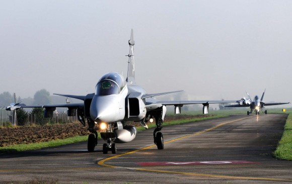 Gripen F na Suíça seguido de um F-18 - foto Saab