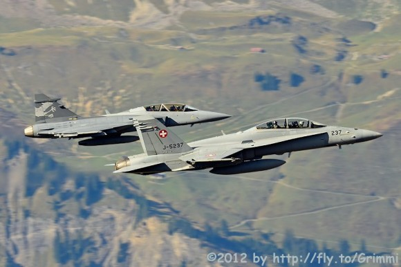 Hornet e Gripen F treinam para Axalp - foto Grimmi