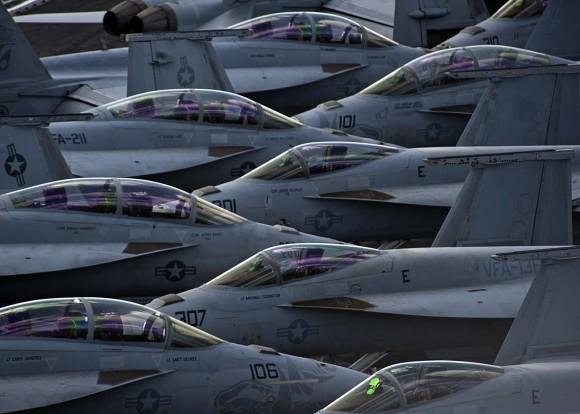 caças F-18 Super Hornet no convoo do USS Enterprise em 30out2012 - foto USN