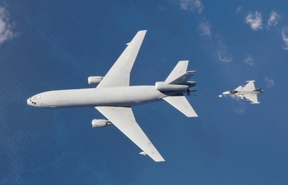 KC-10 reabastece Gripen - foto Forças Armadas da Suécia