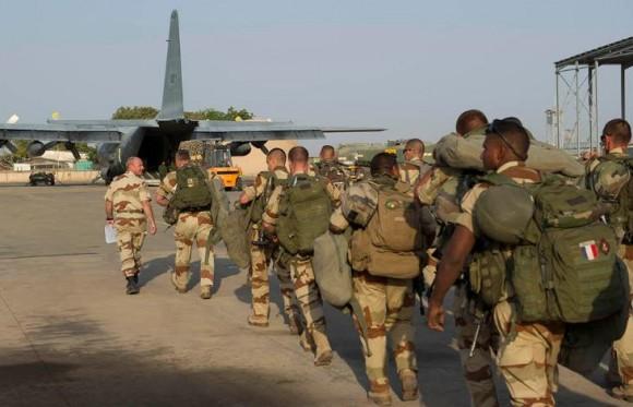 Operação Serval - embarque de tropa em C-130 - foto Ministério da Defesa da França