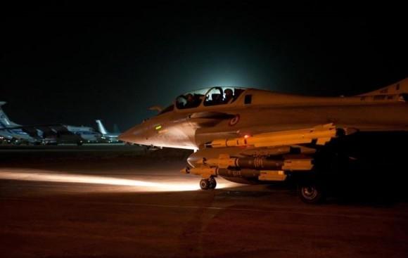 caça Rafale prepara-se para decolar em missão de apoio aéreo no Mali - foto Min Def França