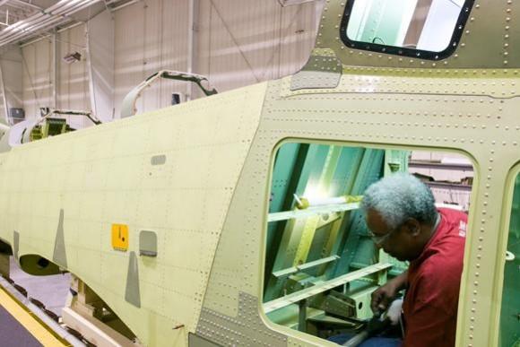 AT-6 em produção - baia de aviônicos - imagem Mission Ready - Beechcraft