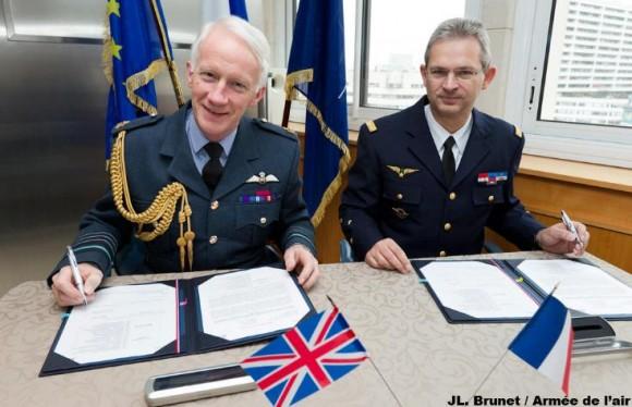 Marechal do ar Dalton e general Mercier assinam diretiva - foto Força Aérea Francesa