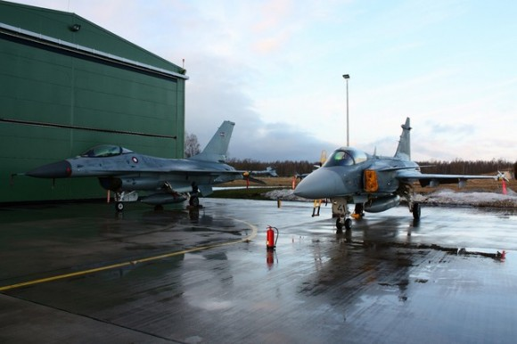 Gripen tcheco e F-16 da Dinamarca na base de Siuliai na Lituânia - foto MD Rep Tcheca