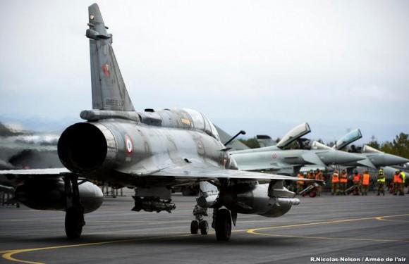 Mirage 2000 francês taxia junto a linha de caças Typhoon no TLP da Espanha - foto Força Aérea Francesa