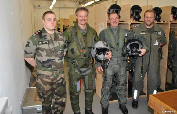 Os generais em seus trajes para o voo conjunto Rafale - Typhoon em Colônia - foto Luftwaffe via Força Aérea Francesa