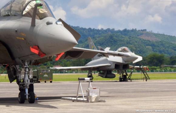 Rafale na mostra LIMA 2013 com Typhoon ao fundo - foto Força Aérea Francesa