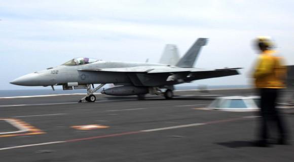 Super Hornet sendo lançado do CVN 69 em março de 2013 - foto USN