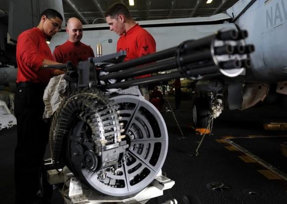 inspeção de canhão M61A2 de F-18F Super Hornet - foto USN