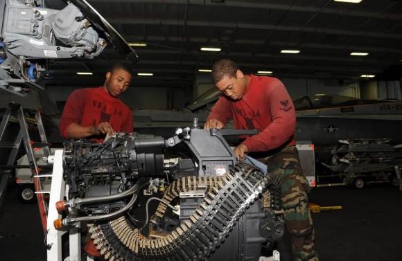limpeza de canhão M61A2 de F-18E Super Hornet - foto USN