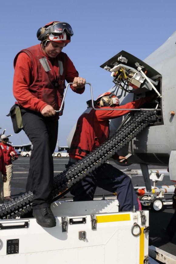 remuniciamento de canhão M61A2 de F-18 Super Hornet - foto USN