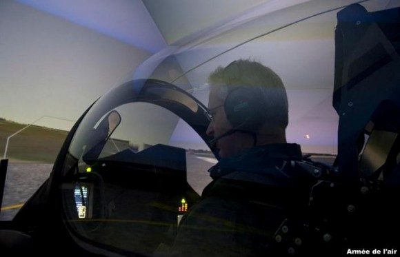 Denis Mercier - chefe do Estado Maior Armee de lair - treino no simulador do Rafale - foto Força Aérea Francesa
