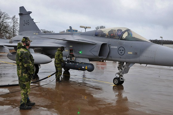Gripen em reabastecimento com motor ligado a caminho da Frisian Flag - foto Forças Armadas da Suécia