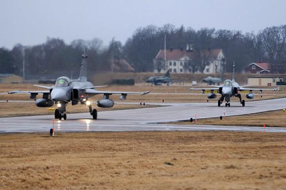 Gripens taxiando - reabastecimento no solo durou 4 minutos - foto Forças Armadas da Suécia