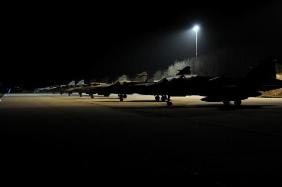 Linha de voo de caças Gripen à noite no Frisian Flag - foto Forças Armadas da Suécia